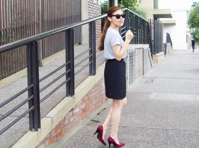 black-skirt-old-tshirt-pink-shoes-streetstyle-04