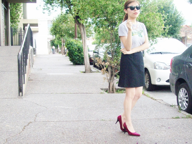 black-skirt-old-tshirt-pink-shoes-streetstyle-12