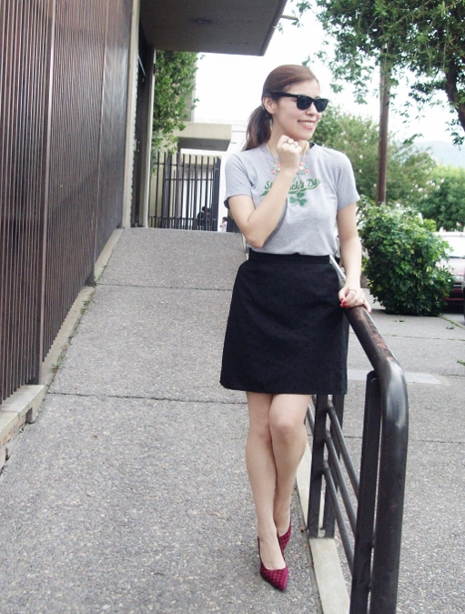 black-skirt-old-tshirt-pink-shoes-streetstyle-14