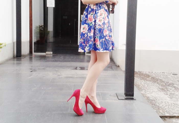 blue-floral-dress-pink-shoes-pumps-streetstyle-blogger-argentina06