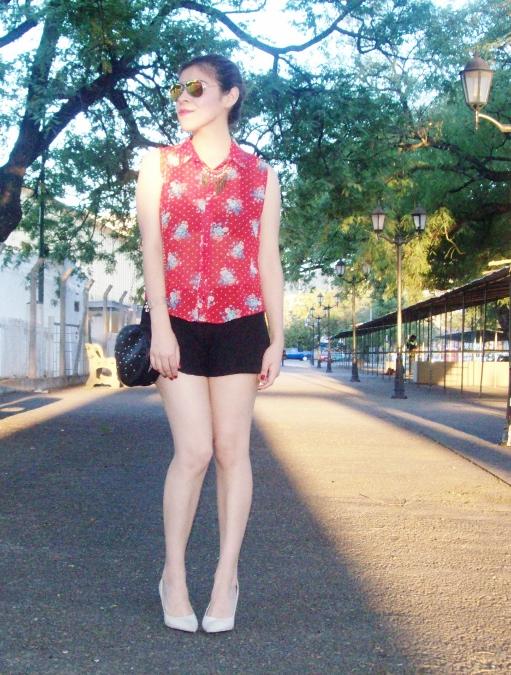 red-shirt-white-stilettos-streetstyle02