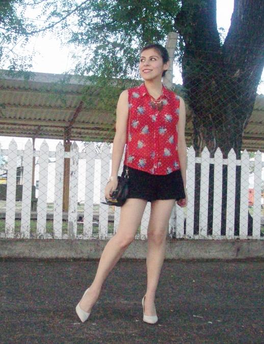 red-shirt-white-stilettos-streetstyle04