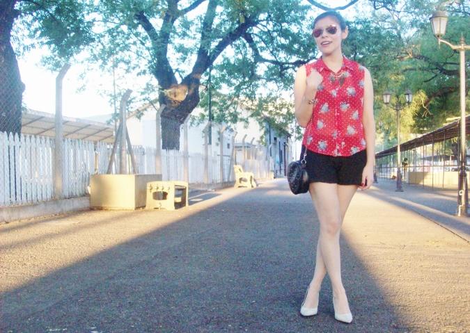 red-shirt-white-stilettos-streetstyle05