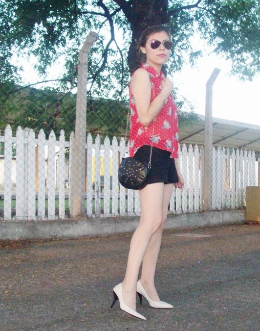 red-shirt-white-stilettos-streetstyle07