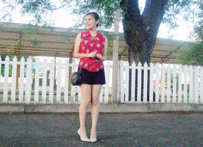 red-shirt-white-stilettos-streetstyle09