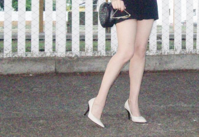 red-shirt-white-stilettos-streetstyle10